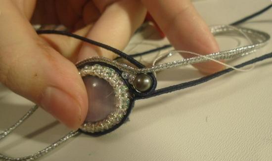 Прикладываем сутаж другого цвета, сверху между двумя витками вкладываем 2 бисерины