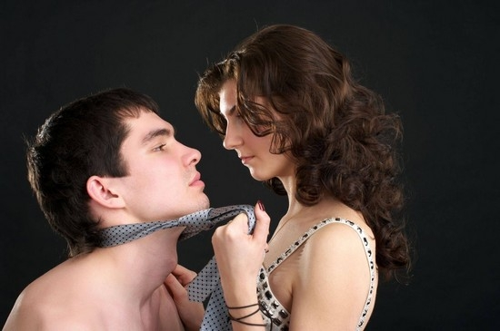 Связанный мужчина с женщиной