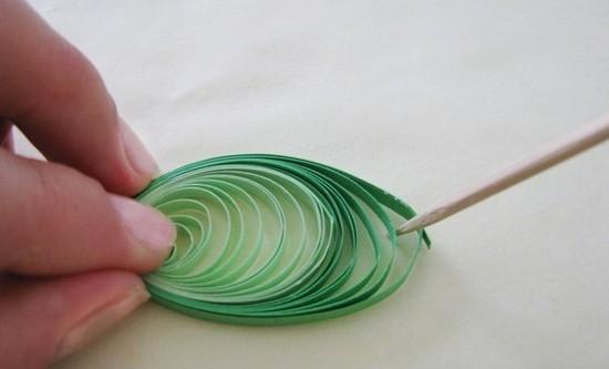 Собираем полоски двух оттенков зеленого в спирали