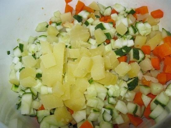 Нарезаем остывшие печеные овощи