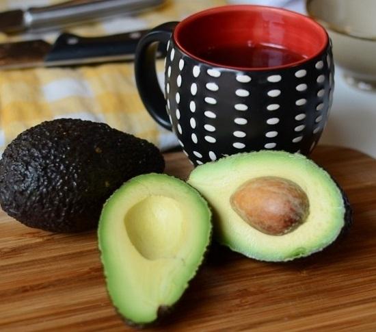 Разрезаем на половинки авокадо по косточке
