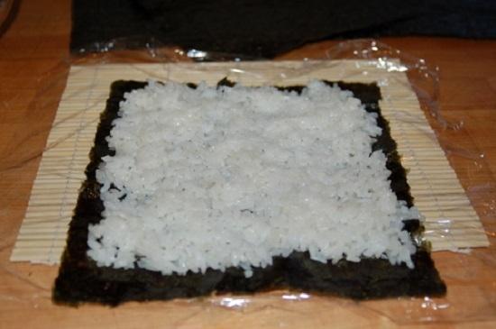 распределяем рис тоненьким слоем