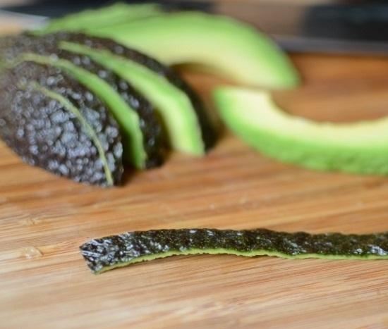нарезаем каждую половинку авокадо дольками