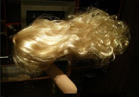 Клеем на голове волосы