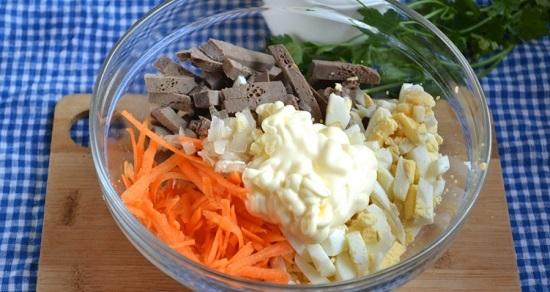 В салатнице соединяем печенку, яйца и лук с морковью по-корейски