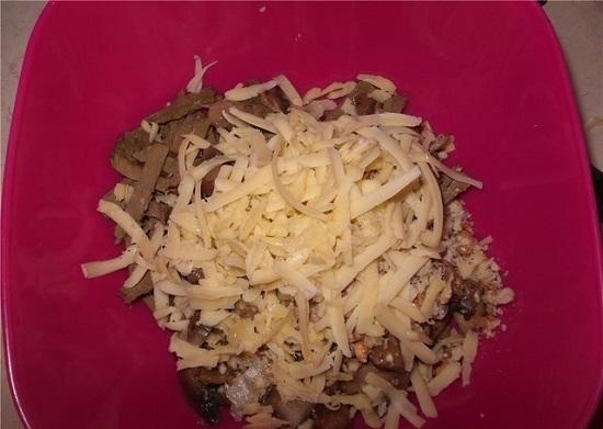 Сыр натираем на средней терке, зелень измельчаем