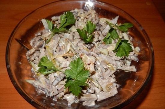 Начнем с салатика с печенью свиной и грибочками