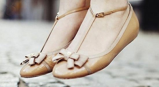 Балетки для не балерин: чем опасна обувь на плоской подошве?