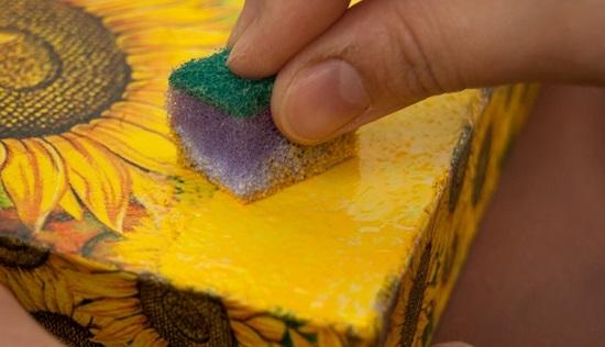Штампуем краской поверхность коробки