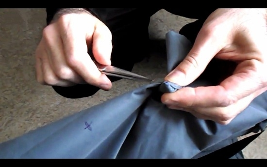 Аккуратно срезаем кончик ткани