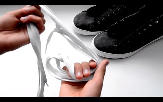 лучше всего брать шнурки белого цвета