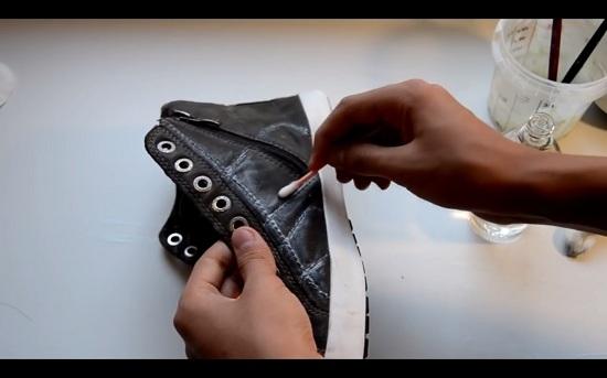 Убрать излишки краски можно с помощью ватной палочки