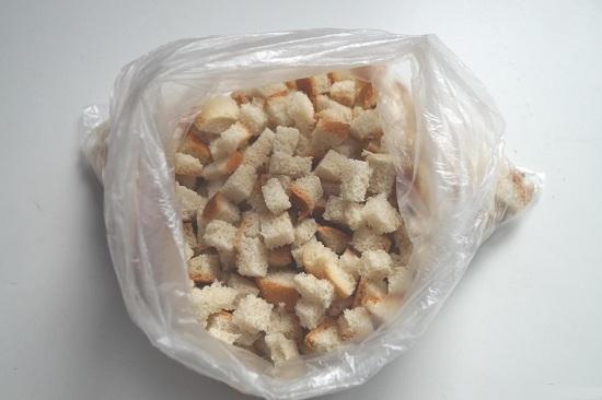 полиэтиленовый пакет и сложим в него хлебные ломтики