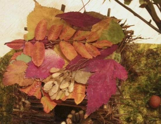 Сверху крышу декорируем листьями
