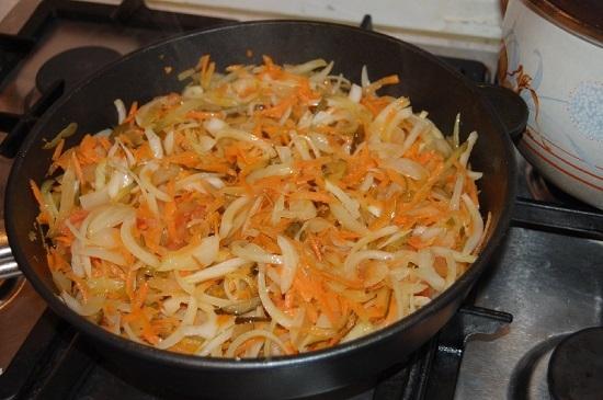 Перемешиваем содержимое сковороды и тушим