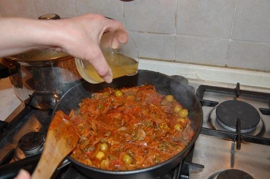 добавляем в сковороду пасту томатную, перемешиваем