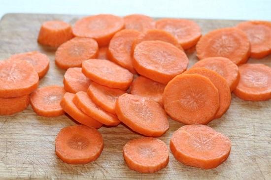Морковь нарезаем красивыми нетолстыми кружочками