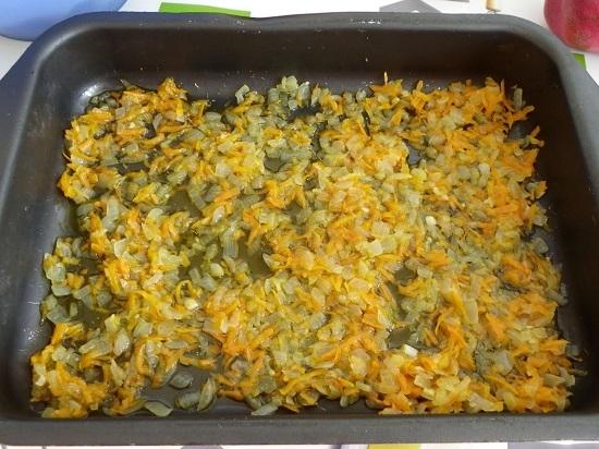 равномерным слоем выкладываем пассерованные овощи