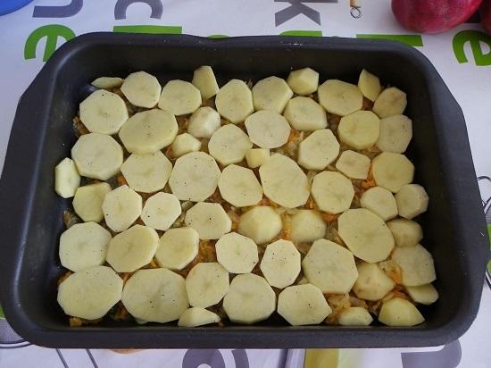 Приправим картофель солью и смесью перцев