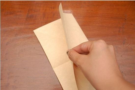 Развернем лист и согнем его пополам