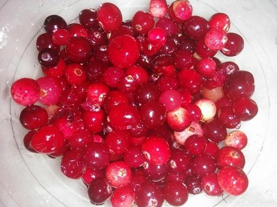 Замороженные ягоды предварительно размораживаем