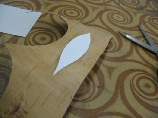 Прикладываем лепестки к берестяному полотну