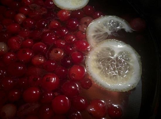 выкладываем брусничные и клюквенные плоды