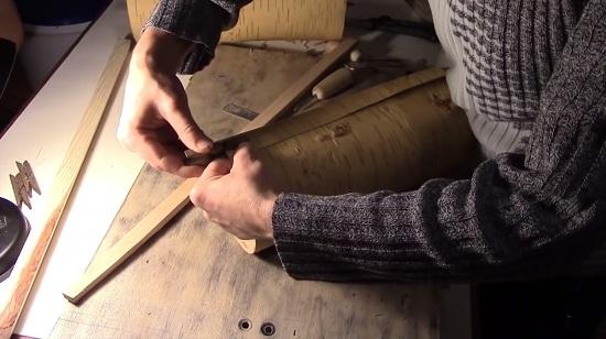 Сворачиваем берестяное полотно в цилиндр