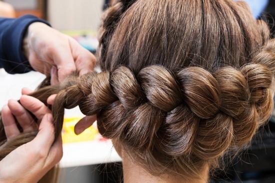 Плетение косичек по концам волос