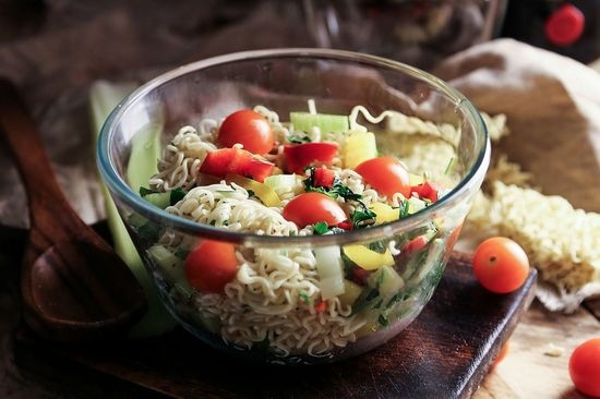 Салат с быстрорастворимой лапшой с