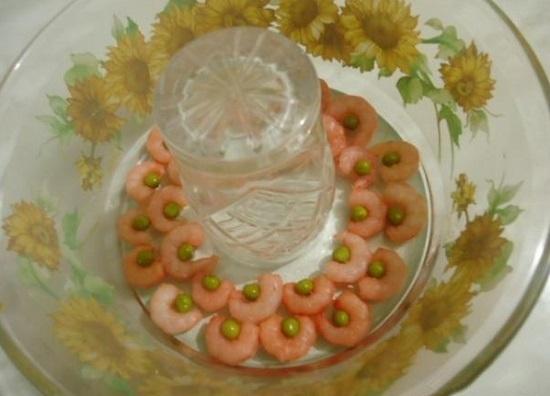 раскладываем красиво креветки и половину горошка