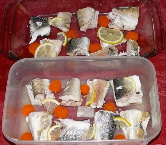 Выкладываем рыбные кусочки на дно