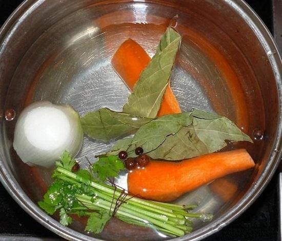 Закладываем в кастрюльку очищенную целую морковь