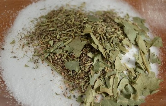 Листочки лавра поломаем и смешаем с солью