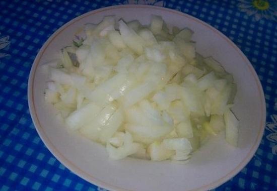 Луковицы чистим и измельчаем