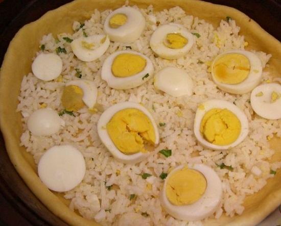 Яйца чистим и разрезаем на две части