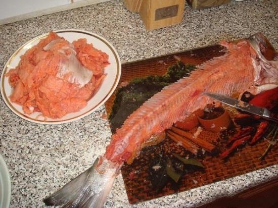 нужно отделить рыбное мясо от косточек