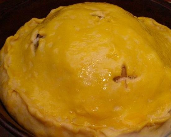 Смажем пирог взбитым яичным желтком