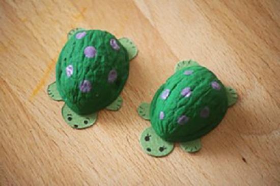 черепаха из ореха