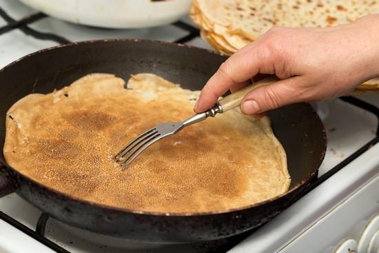 Прилипают блины к сковороде что добавить