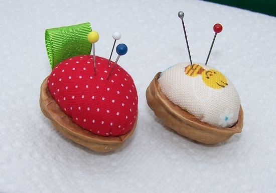 Поделки из скорлупы грецкого ореха - игольница
