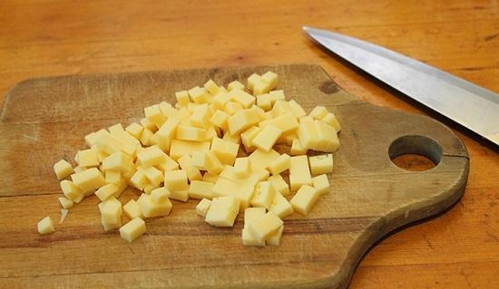 Сыр измельчаем кубиками
