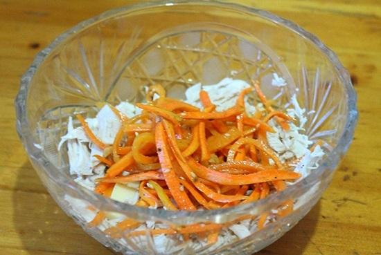 добавляем корейскую морковь и перемешиваем