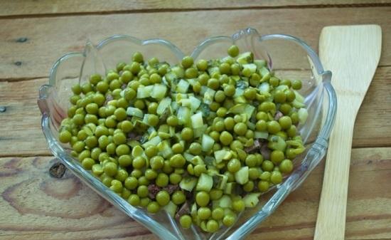 В салатницу выкладываем зеленый горошек