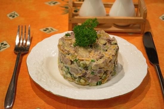 салат «Обжорка» с куриной печенью и зеленым горошком