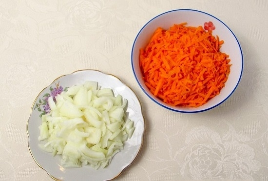 Морковь промоем и натрем на терк