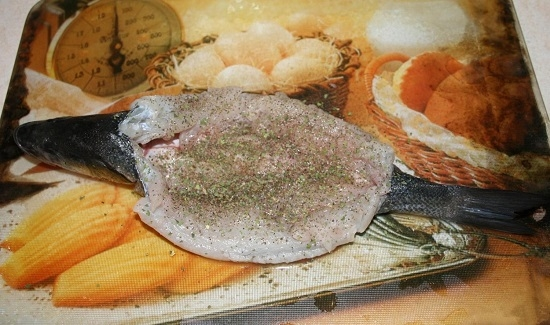 Натираем рыбу солью, пряностями