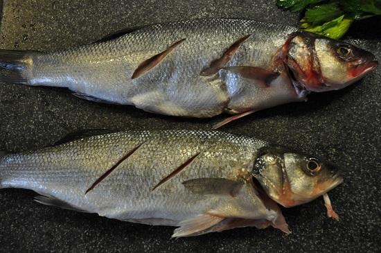 На поверхности рыбы делаем диагональные надрезы