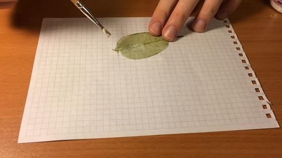 Окрашиваем листик акриловой краской нужного цвета