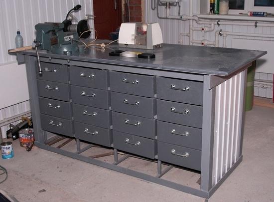 обустройство гаража внутри - стол для инструментов